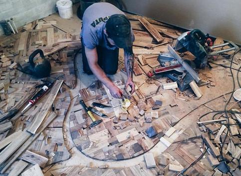 Алексей всё лето собирал дрова: притащил целых 40 мешков! Теперь у него в доме аншлаг…