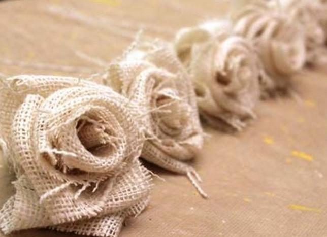 Мастерица берет грубую мешковину и ленты… Декора нежнее я еще не видела!