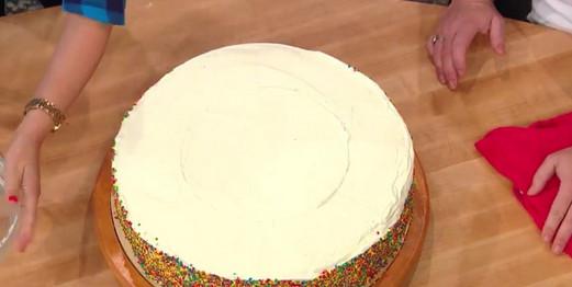 Она просто поставила миску на готовый торт, прижала и обрезала ножом... Теперь эта подсказка всегда выручает!