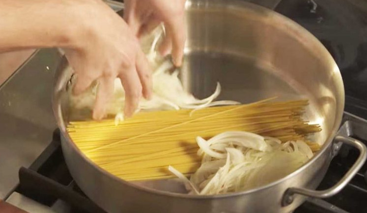 Казалось, она просто соединила сырую вермишель и лук в кастрюле. Но уже через 10 минут все гости подставляли тарелки...