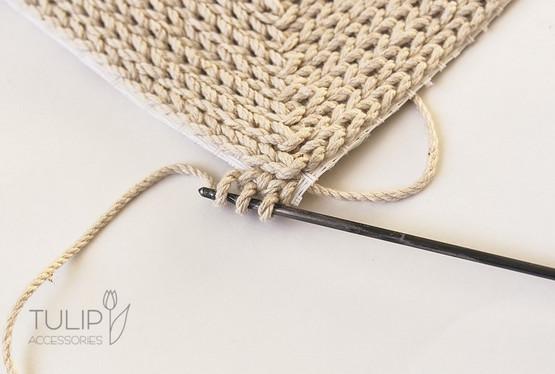 Мастерица вяжет крючком по канве — посмотрите какая красота у нее получается...