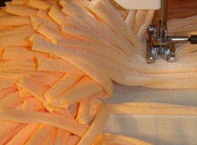 Перестала выбрасывать старые футболки. Теперь делаю из них уютные и пушистые коврики, пуфы и подушки...