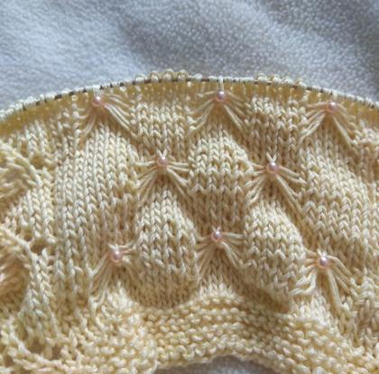 Украшаем вязание бусинами в процессе вязки...