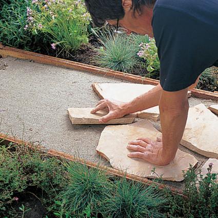 Из гравия, камней и пленки мужчина сделал впечатляющую конструкцию для участка...