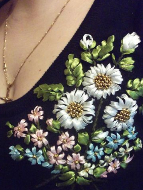 Нежная вышивка лентами: 20 удачных идей декора одежды и сумок...