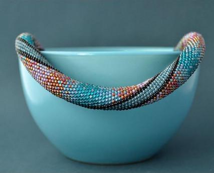 Возьмите верёвку и немного бисера, чтобы создать потрясающее украшение
