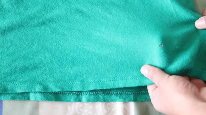 Отличный лайфхак: «зашить» дырку на одежде, не используя иголку и нитку