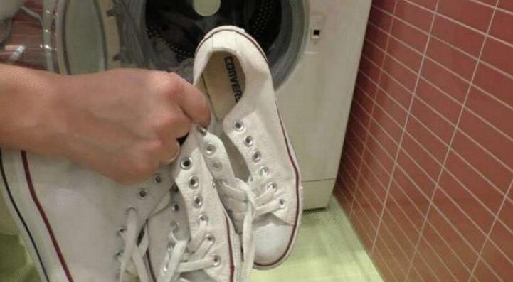 Как очистить и отбелить белую подошву...