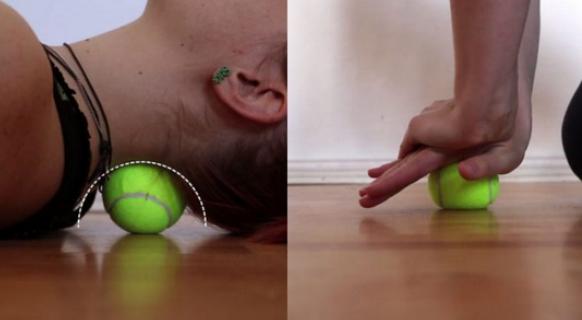 Убираем боли в шее: упражнение с теннисным мячом