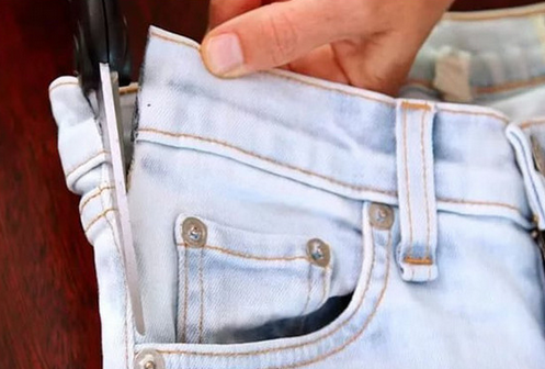 Нужно всего лишь отрезать карман от джинсов… Получится удобная вещь на все времена!