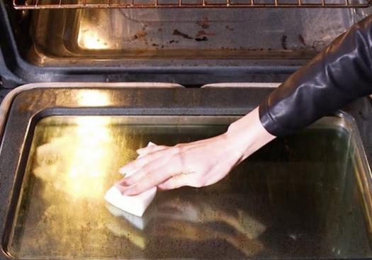 Всего один предмет и дверца духовки будет сверкать чистотой...