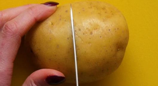 Простейший способ очистить вареную картошку, о котором мало кто знает